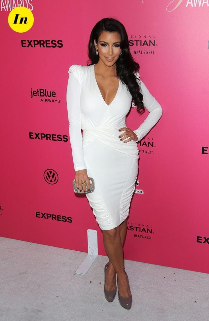 Look de Kim Kardashian : une robe blanche à épaulettes en 2009