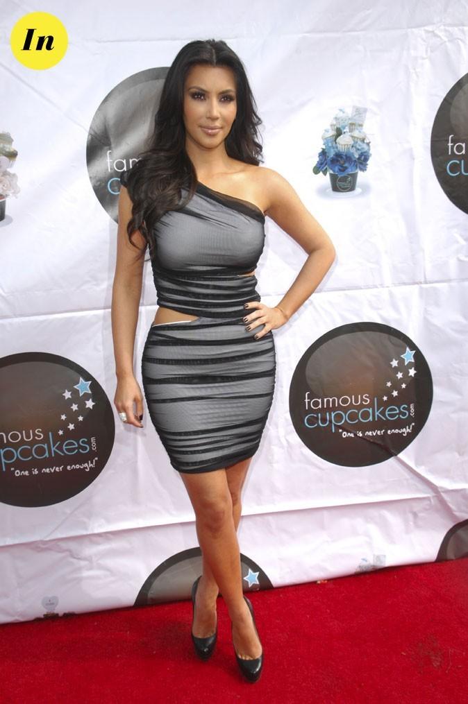 Look de Kim Kardashian : une robe grise asymétrique en 2010