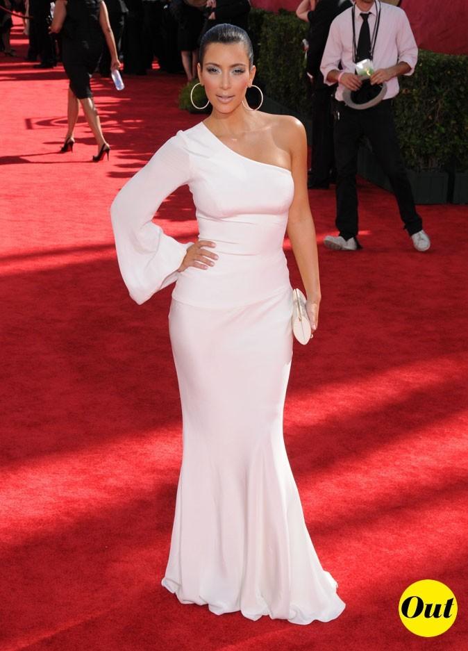 Look de Kim Kardashian : une robe longue blanche asymétrique en 2009