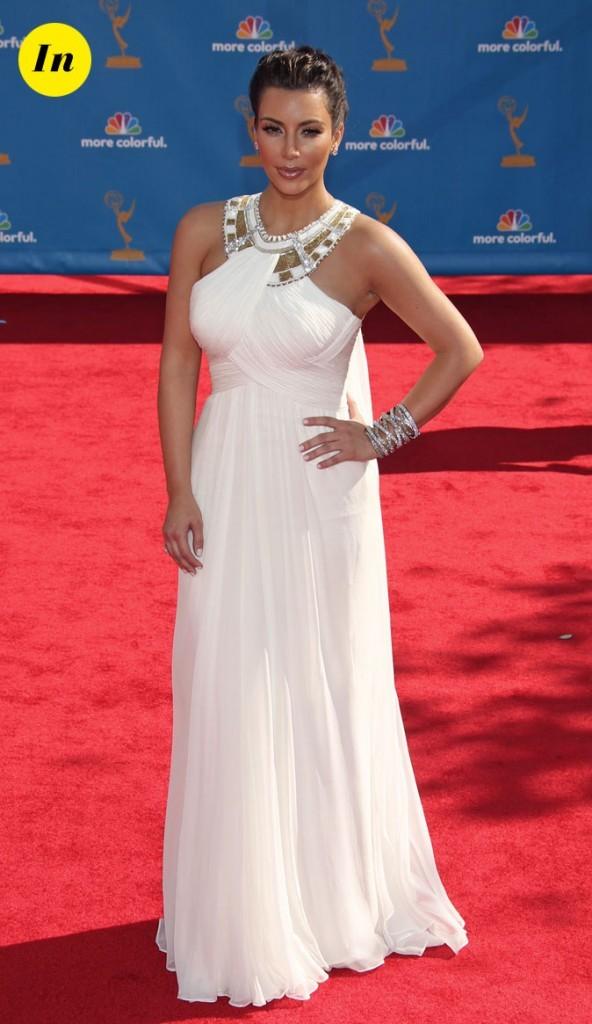 Look de Kim Kardashian : une robe longue blanche tendance vestale en 2010
