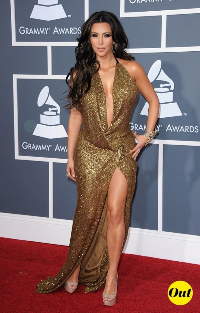 Look de Kim Kardashian : une robe longue dorée et fendue en 2011