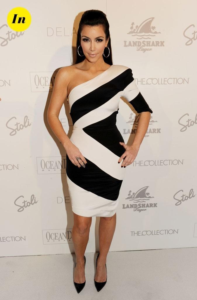 Look de Kim Kardashian : une robe rayée asymétrique en 2010