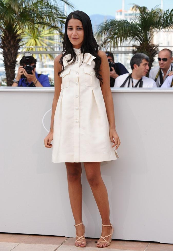 La mini-robe blanche boutonnée de Leïla Bekhti au festival de Cannes 2009 !