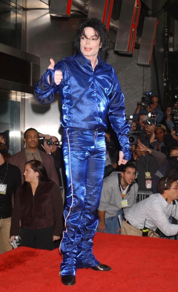 Look de Michael Jackson : costume en satin bleu en novembre 2001