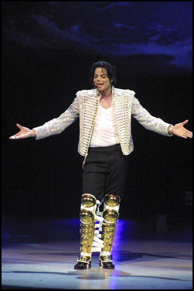 Look de Michael Jackson : veste à sequins et bottes futuristes sur scène