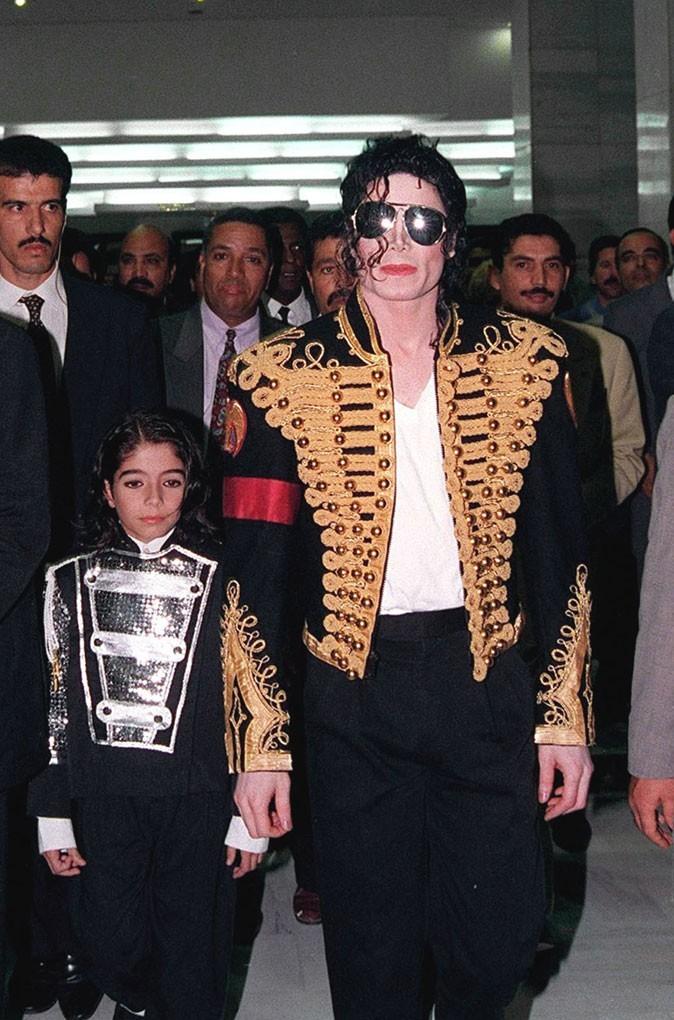 Look de Michael Jackson : veste d'officier à galons dorés en 1996