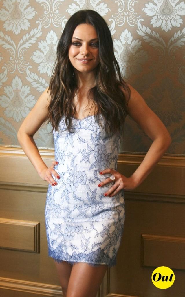 La mini-robe blanche à dentelle bleue de Mila Kunis en Juillet 2011 !
