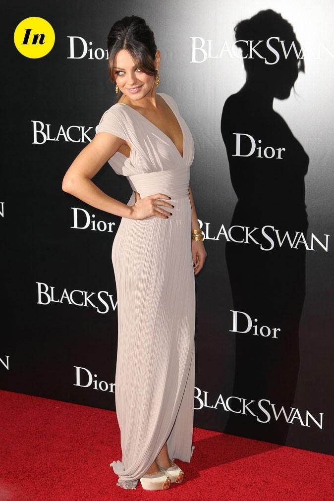 La robe longue décolletée et ceinturée style vestale de Mila Kunis en Novembre 2010 !