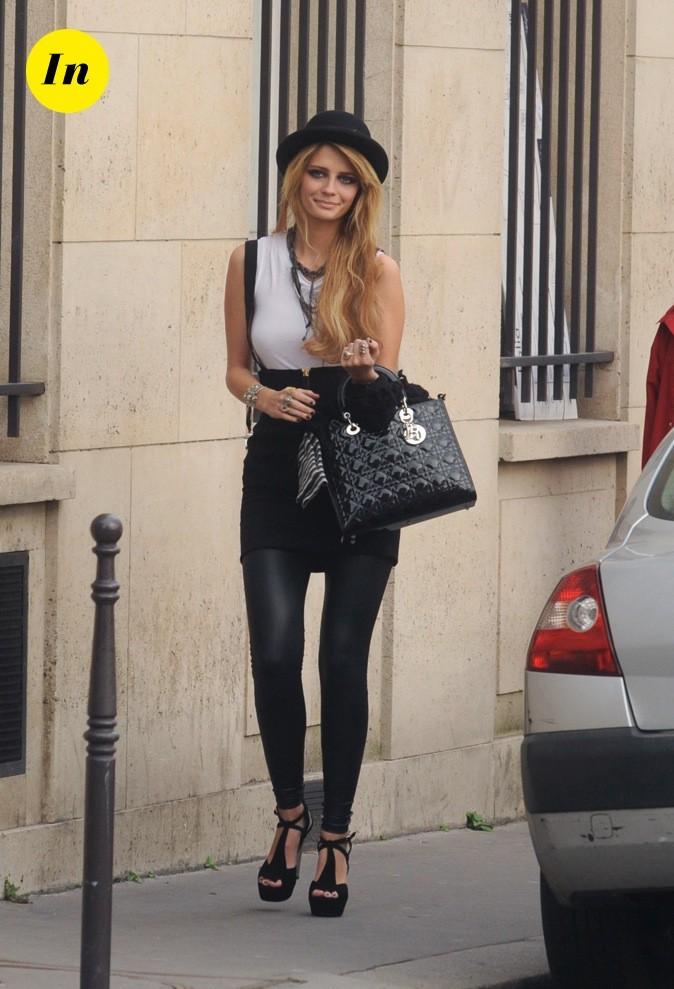 2009 : Mischa Barton se promène dans les rues de Paris lors de la Fashion Week !