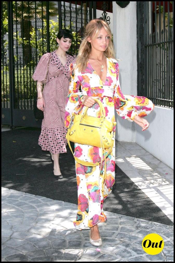 Look de Nicole Richie :  une robe longue à l'imprimé fleuri en juin 2006