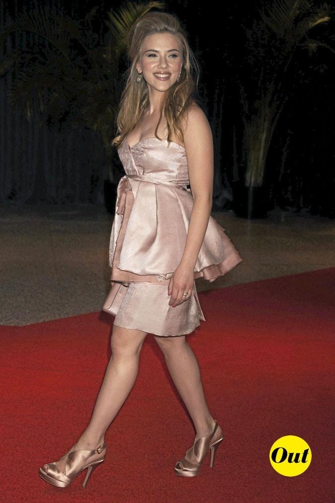 Scarlett Johansson en 2010 : minirobe satinée mal coupée