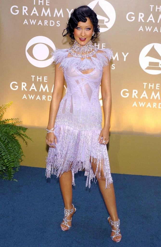 La robe à plumes et à franges parme de Christina Aguilera !