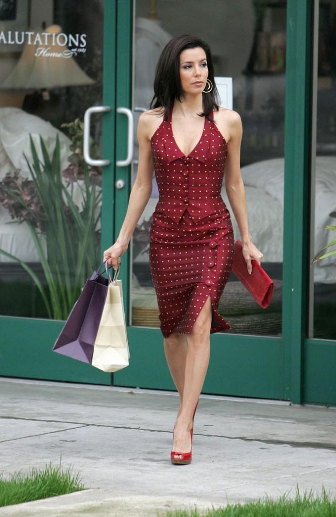 Looks d'Eva Longoria : une robe dos-nu rouge à pois dans Desperate Housewives !