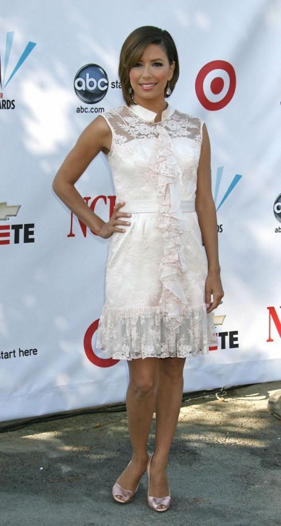 Looks d'Eva Longoria :  une robe en dentelle blanche sur tapis rouge !