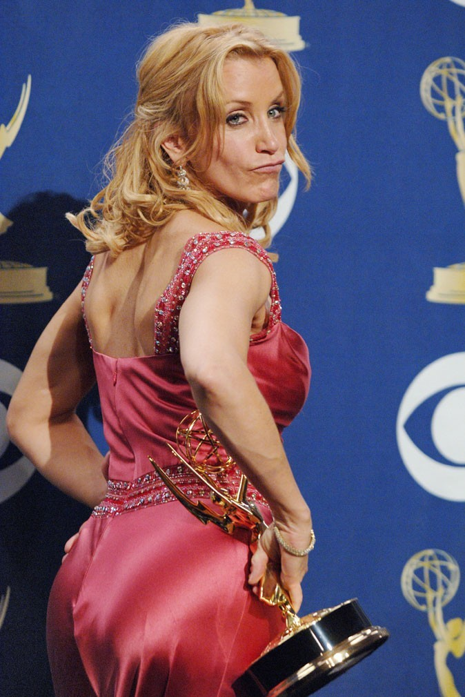 Looks de Felicity Huffman : une robe corail en satin sur tapis rouge !