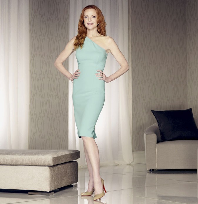 Looks de Marcia Cross : une robe asymétrique bleue dans Desperate Housewives !