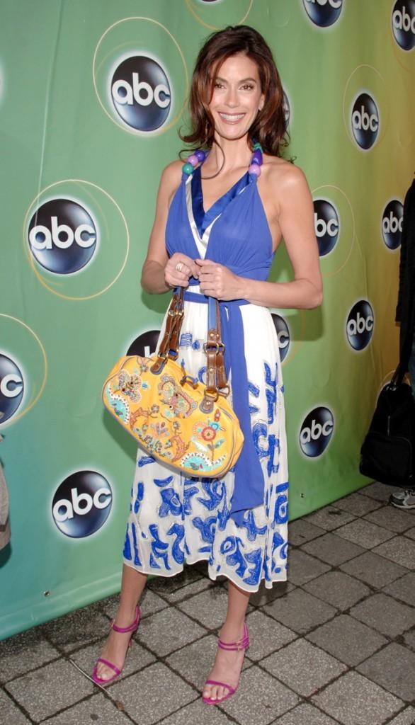 Looks de Teri Hatcher : une robe bain de soleil à motifs sur tapis rouge !