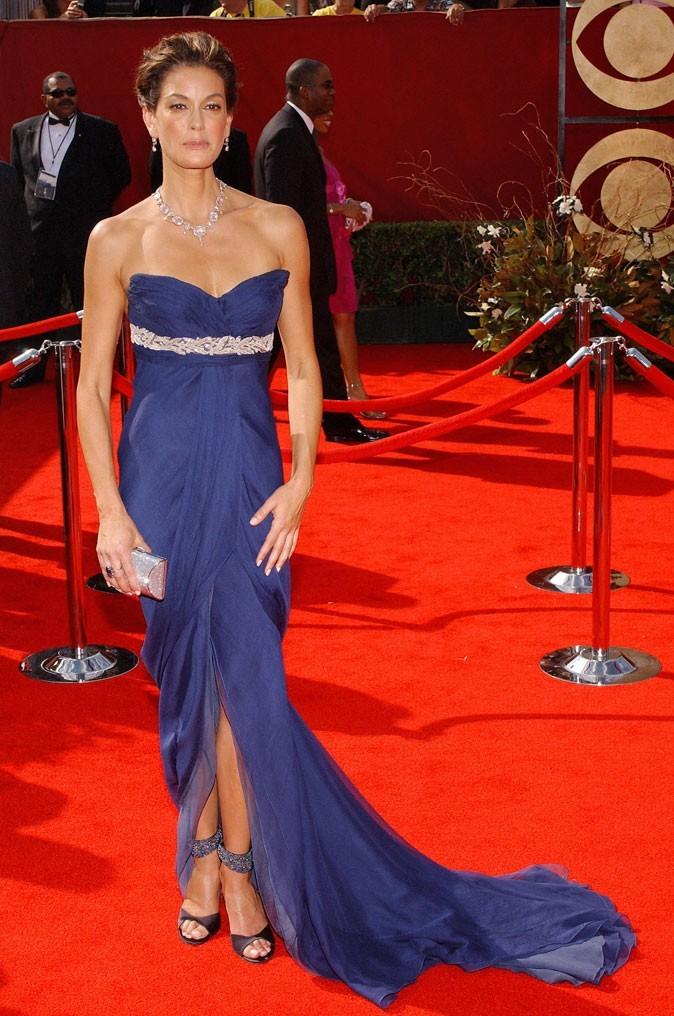 Looks de Teri Hatcher : une robe bustier violette à traîne sur tapis rouge !