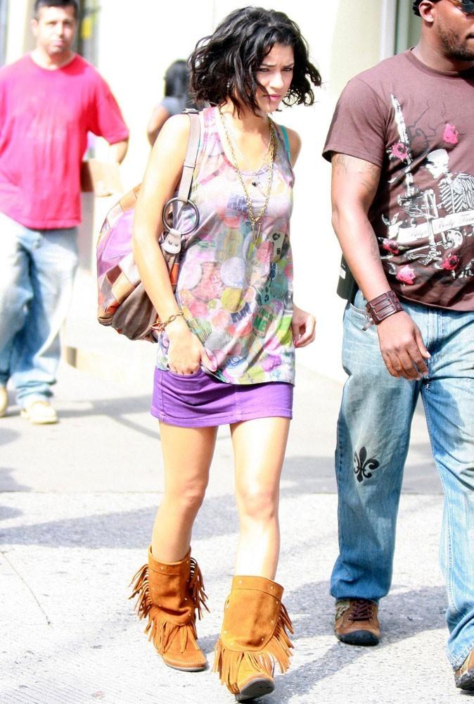 La mini-jupe en denim violet et les bottes à franges de Vanessa Abrams !
