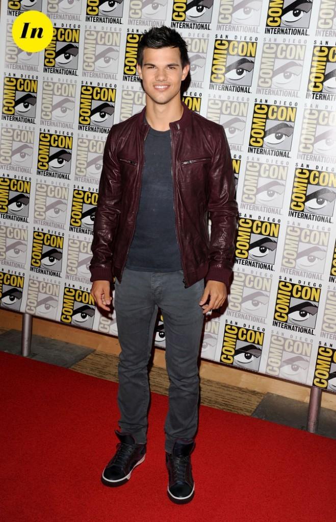 Taylor Lautner, veste en cuir bordeaux et baskets assorties