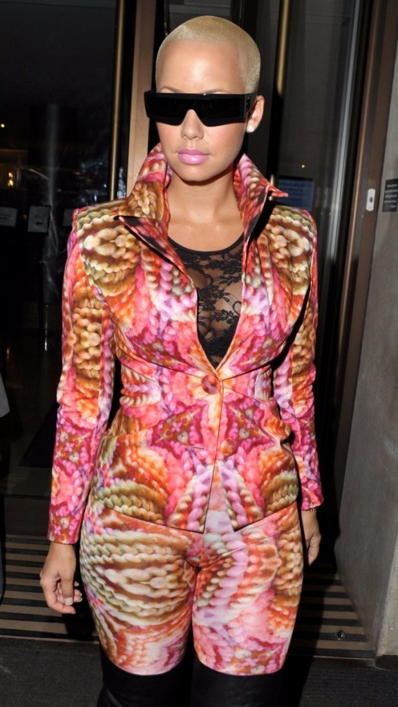2010: Amber Rose à Londres en mode multicolore !