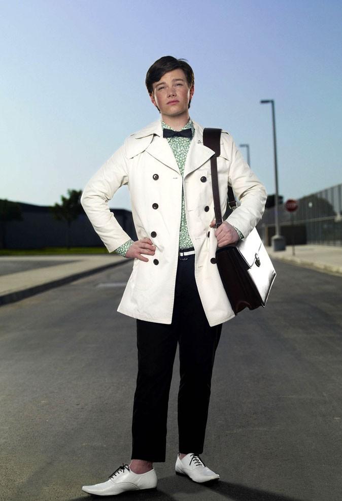 Look de Chris Colfer dans Glee : chemise à fleur, noeud pap et derbies pointues