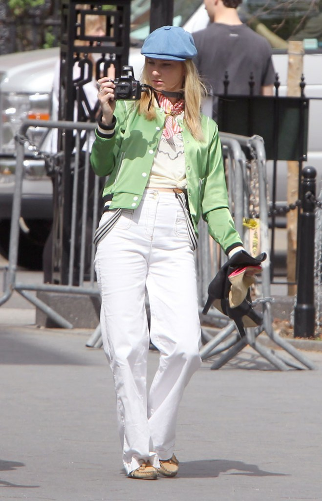Look de Heather Morris dans Glee : bretelles sur pantalon taille haute et veste satinée