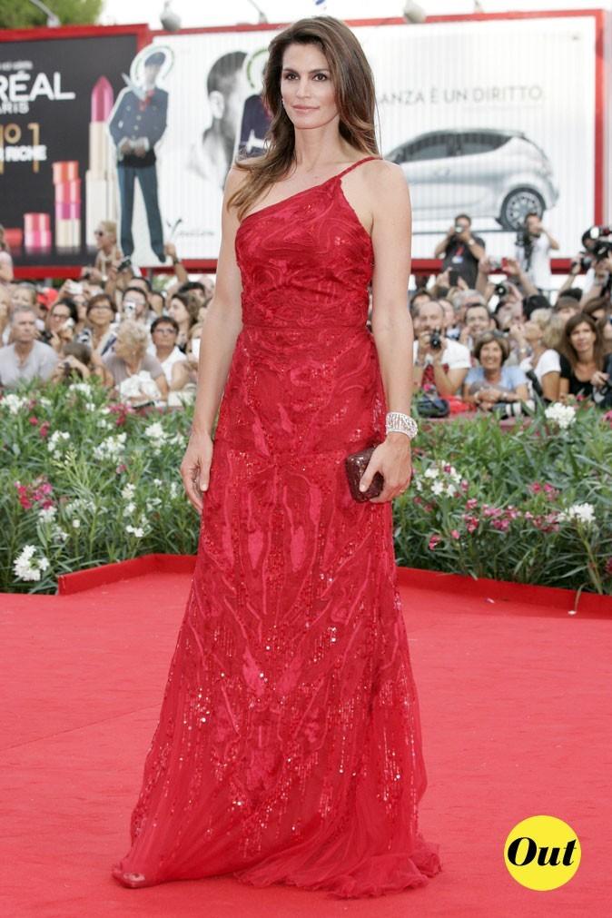 Mostra de Venise 2011 : la robe longue framboise asymétrique de Cindy Crawford