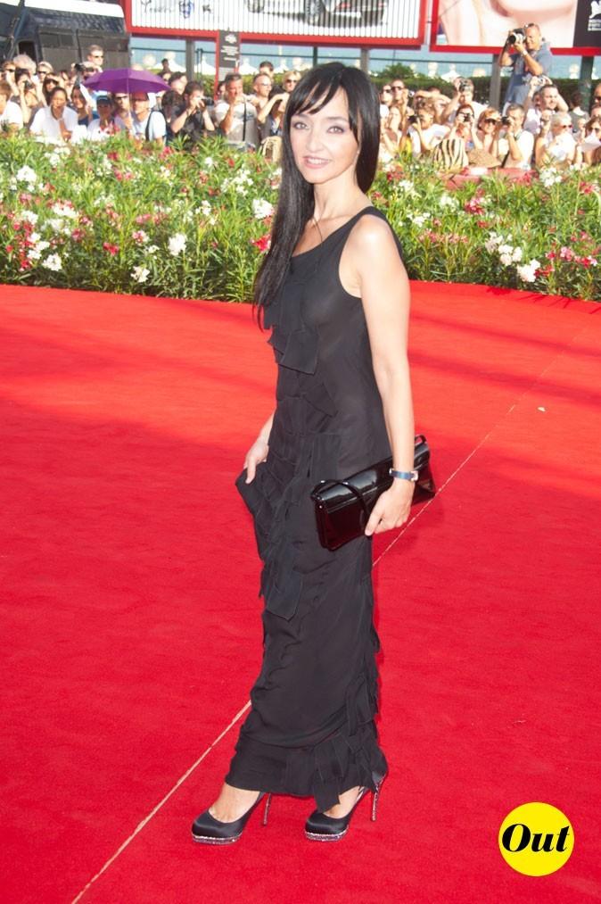 Mostra de Venise 2011 : la robe longue noire de Maria de Medeiros