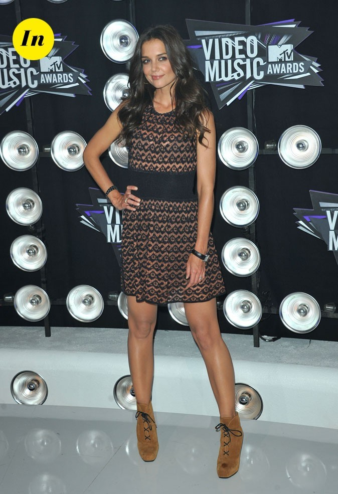 Le look de Katie Holmes aux MTV Video Music Awards 2011 : une robe Azzedine Alaia et des boots camel
