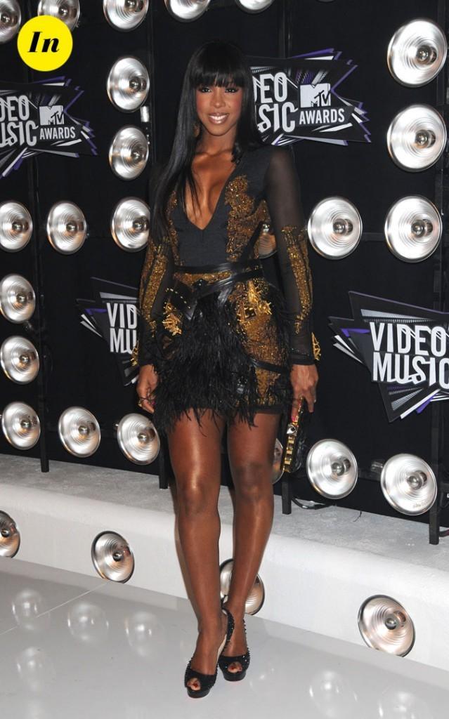 Le look de Kelly Rowland aux MTV Video Music Awards 2011 : une robe noire et dorée à plumes et des escarpins Louboutin