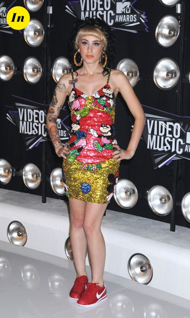 Le look de Kreayshawn aux MTV Video Music Awards 2011 : une robe à sequins Mickey et des baskets rouges Nike