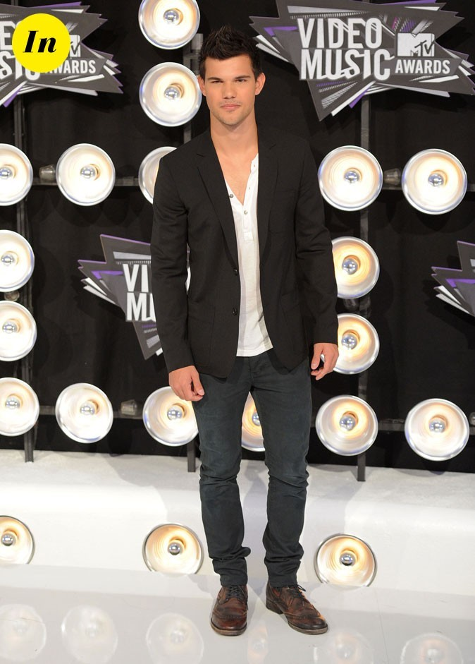 Le look de Taylor Lautner aux MTV Video Music Awards 2011 : veste noire, slim et shoes vieillies