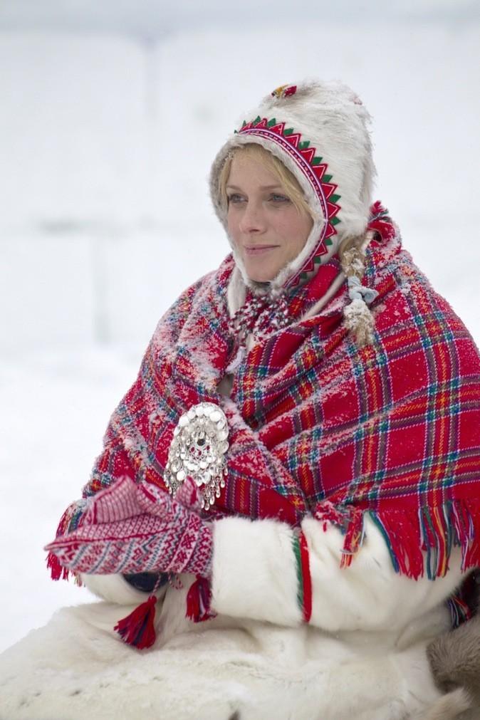 Charlène Wittstock se protège du froid avec un manteau de fourrure superposé d'un poncho rouge !