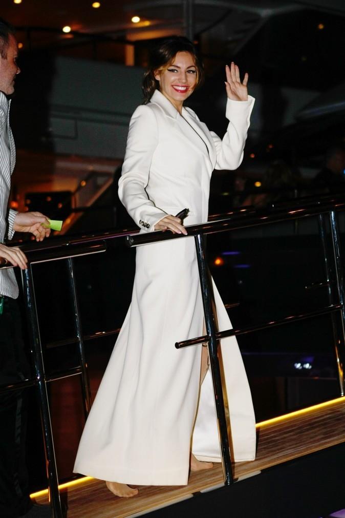 Elle monte sur son bateau à Cannes !