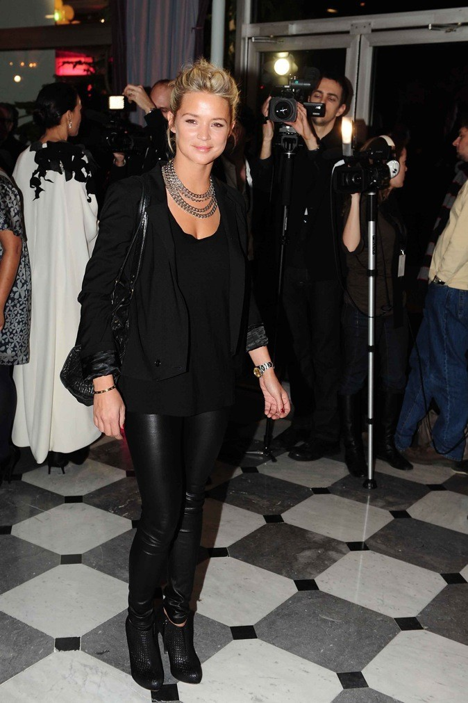 En 2009, elle adopte le pantalon en cuir !