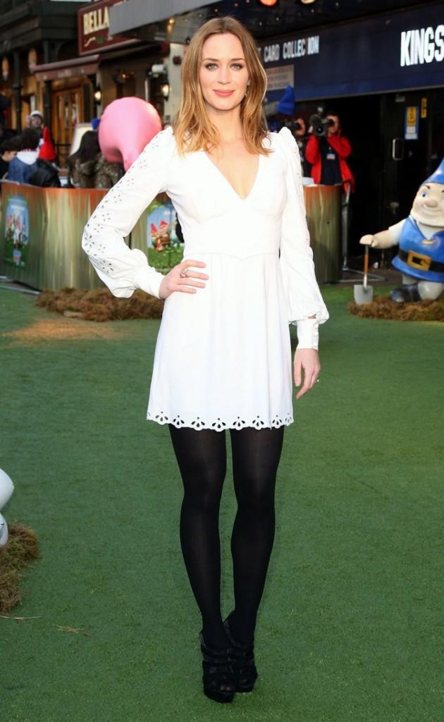 Petite robe blanche et collants opaques noirs pour Emily Blunt !