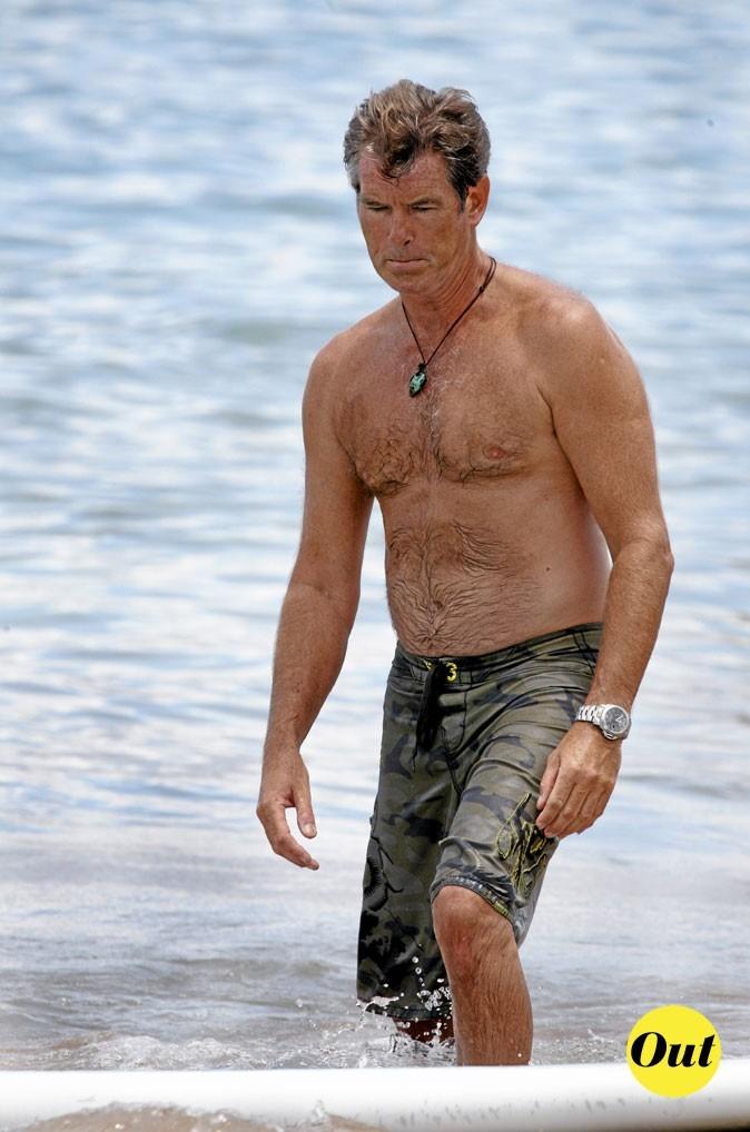 Photo : le maillot de bain camouflage de Pierce Brosman à la plage !