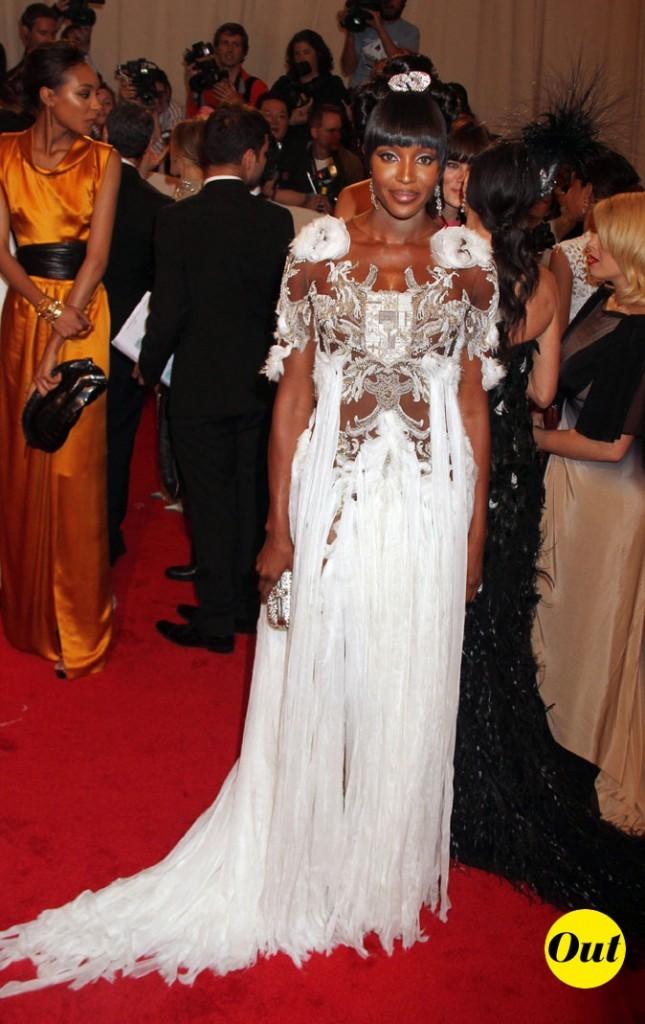 Photo look de star au MET Ball 2011 : la robe blanche Alexander McQueen de Naomi Campbell