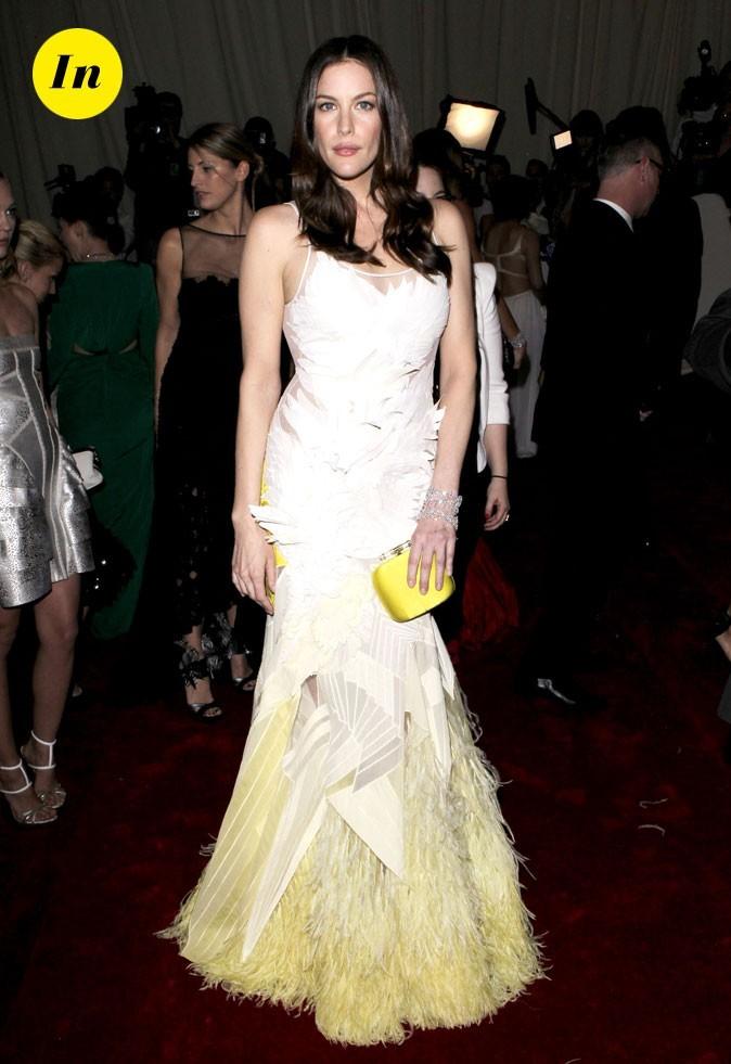 Photo look de star au MET Ball 2011 : la robe touche fluo Givenchy de Liv Tyler