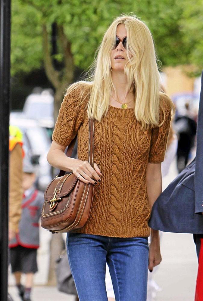 Claudia Schiffer opte pour le it bag Snaffle de Gucci
