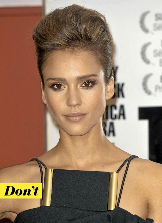 La coiffure coque de Jessica Alba : Don't !