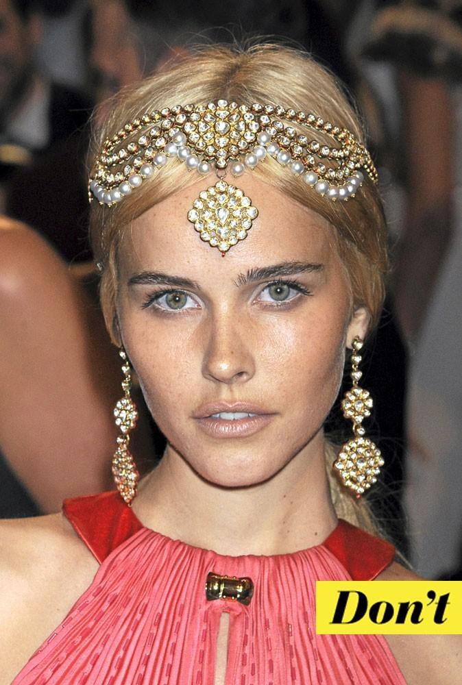 Look de star : le headband mille et une nuits d'Isabel Lucas