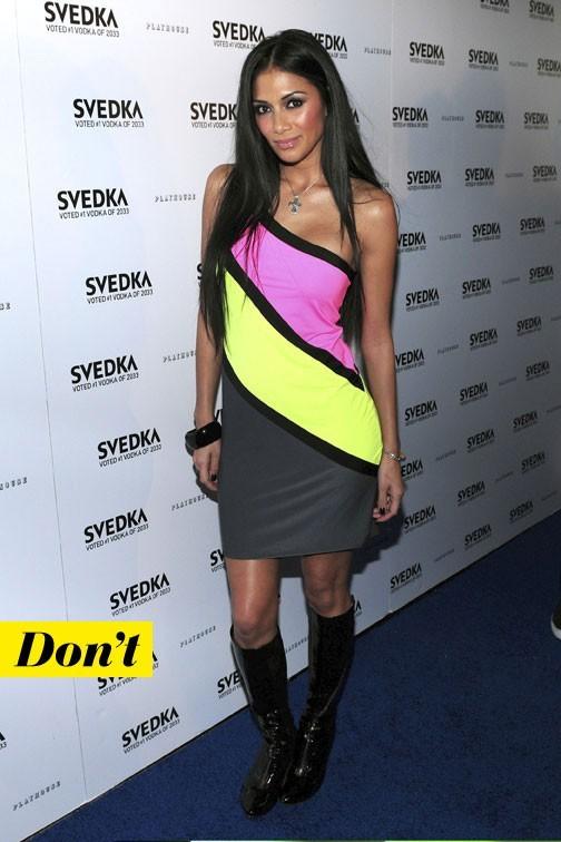 Mode d'emploi du look fluo : la robe rose et jaune fluo de Nicole Scherzinger