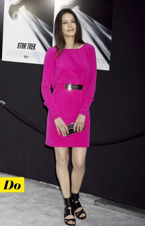 Mode d'emploi du look fluo : la robe rose fluo de Michelle Monaghan