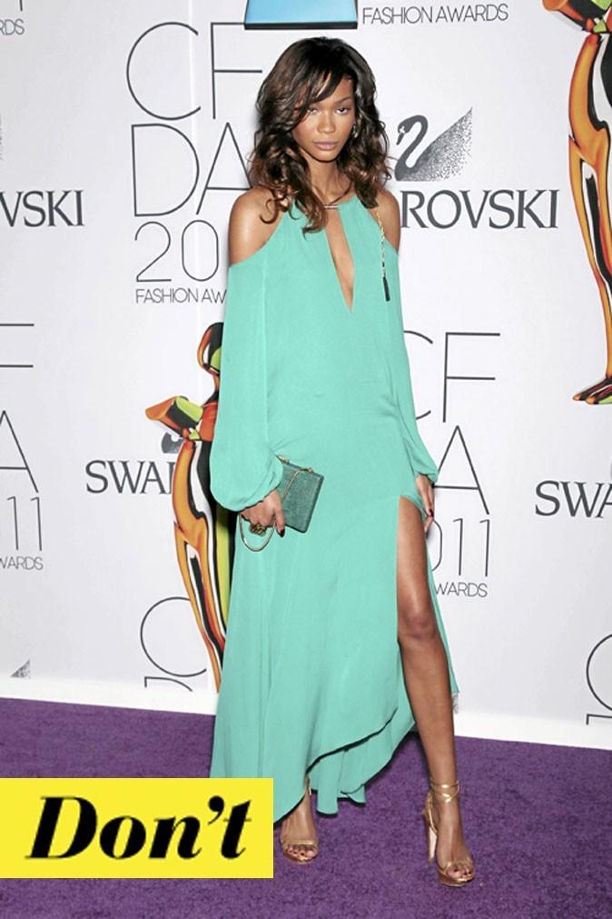 La robe turquoise décolletée de Chanel Iman