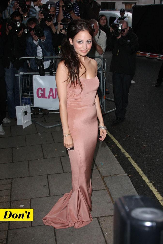 Look de star : la robe longue bustier tendance nude de Nicole Richie