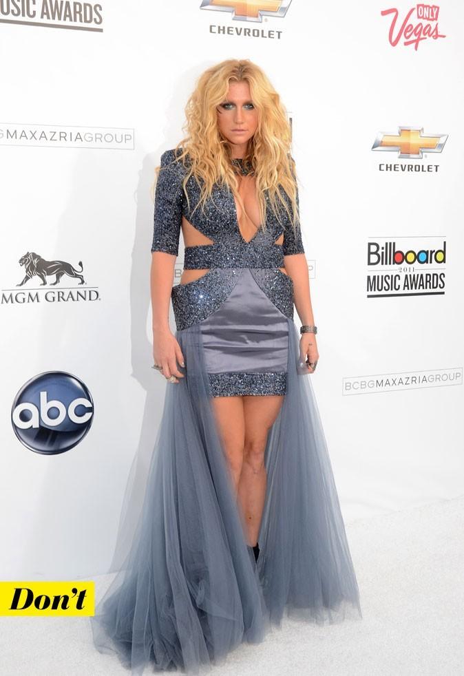 Look de star : la robe longue découpée de Kesha