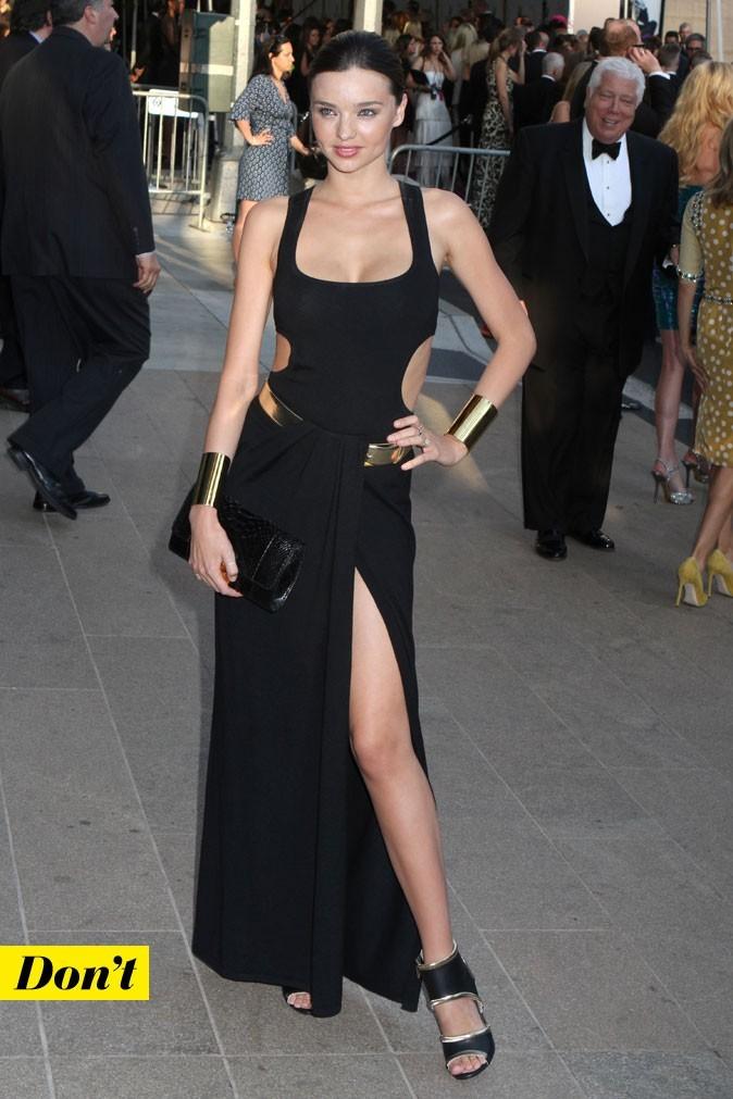 Look de star : la robe longue noire fendue de Miranda Kerr