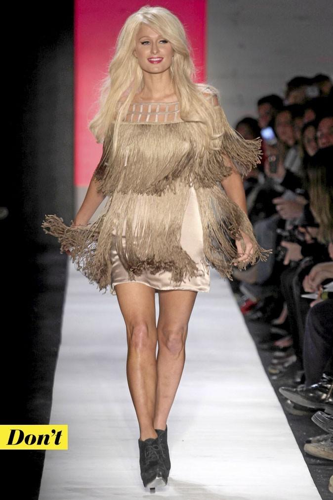 Tendance mode années 70 : la robe à franges de Paris Hilton